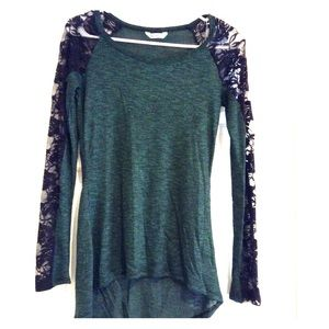 Soft, lightweight green & black lace hi-lo top 🔥